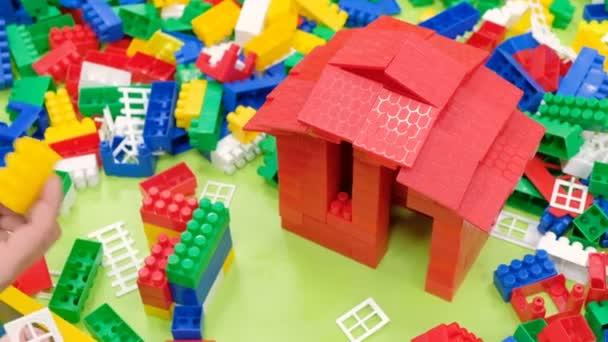 Vater Und Sohn Bauen Ein Haus Aus Dem Konstruktor Ein Stockvideo