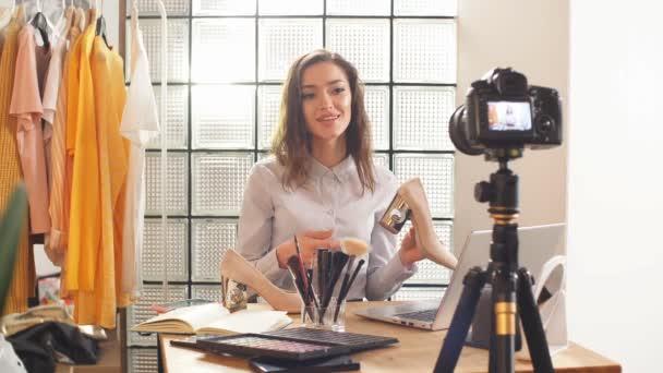 online vysílání krásy blogger doma, dívka se snaží být extrémně upřímný se svými předplatiteli. zobrazení bot na kameře. Vzdálená práce