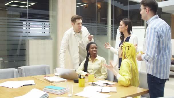 Mladí šťastní návrháři diskutují o státnosti vývoje.