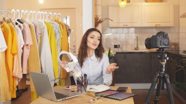 Die charmante brünette Bloggerin leitet online ein Video-Tutorial. Arbeit zu Hause, Fernarbeit