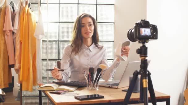 blogger natáčí video na profesionální kameru pro její kanál YouTube. Vzdálená práce v období karantény, koronaviru