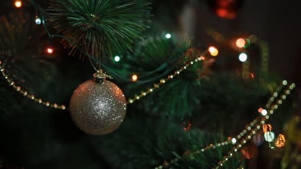Nový rok strom s hračkami a světla