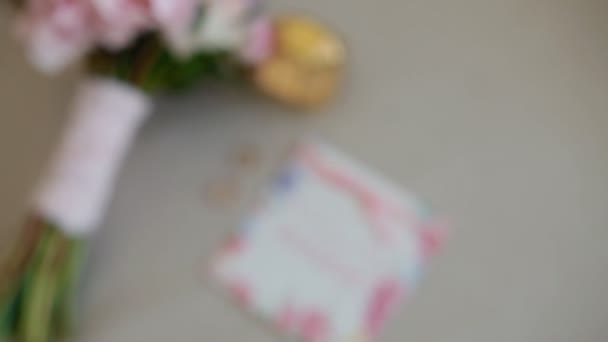 Bouquet da sposa bella sulla sedia