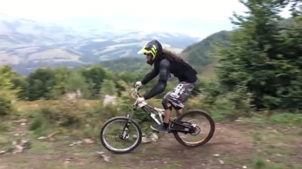 Sjezdové cyklista jede po horské stezce