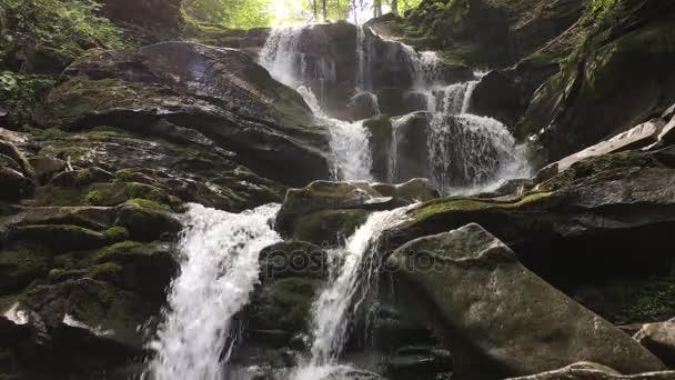 Malý vodopád Shypit v ukrajinské Karpaty