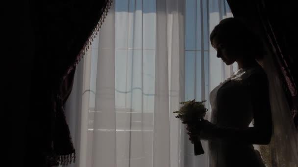 Krásná nevěsta kavkazské pozice u okna