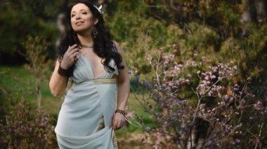 mladá žena v bílých šatech, v parku na jaře