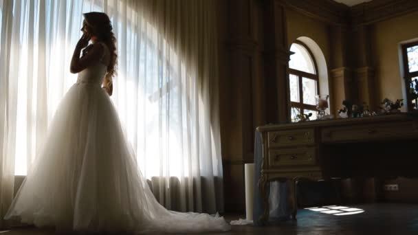 Jelentő díszített tábla közelében, a gyönyörű menyasszony