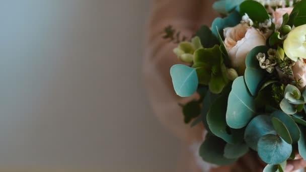žena držící svatební kytice