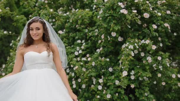 Krásná nevěsta představují s svatební kytice
