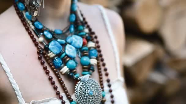 5ef46a365b4f25 Details voor etnische sieraden — Stockvideo © 0ceanaria  153034320