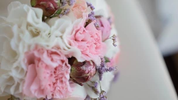 Krásné svatební kytice na židli
