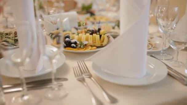 Pohled na dobře zařízené svatební stůl