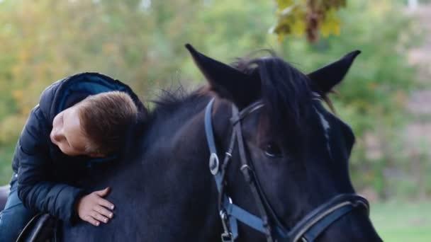 Šťastné dítě na koně