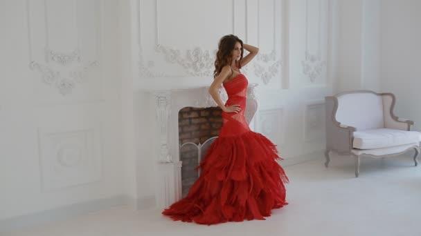 Gergeous stúdió pózol, piros ruhás nő.