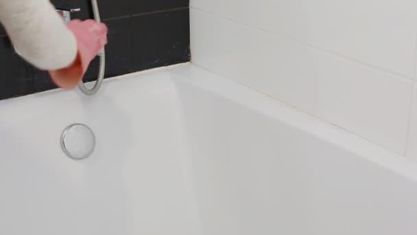 Nő takarít a fürdőszobában