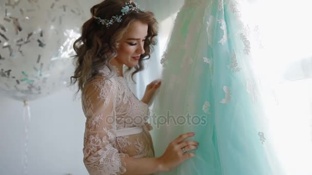 2493bbb831eba5 Noiva em camisola de renda perto da janela