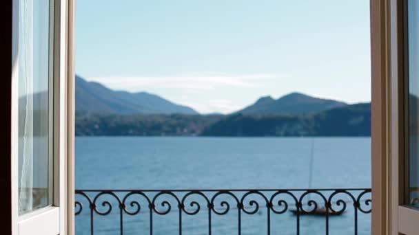 Pohled z jezera Lago Maggiore prostřednictvím uzavření okna.