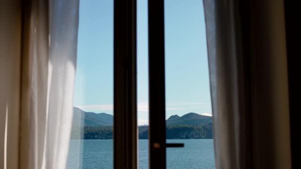 Blick auf den Lago Maggiore durch das sich öffnende Fenster