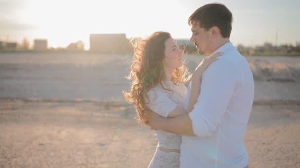 Mladé bílé pár v lásce na pláži