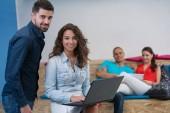 gente di affari di avvio gruppo lavoro lavoro quotidiano in ufficio moderno