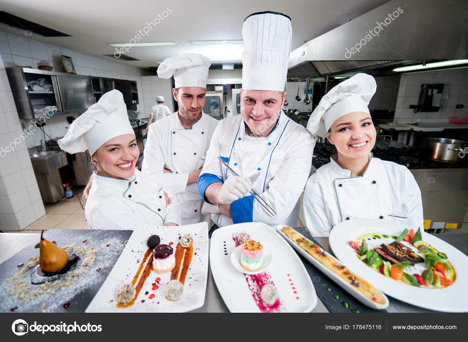 Chef Cocina Con Los Jóvenes Aprendices Haciendo Desiertosu2013 Imagen De Stock