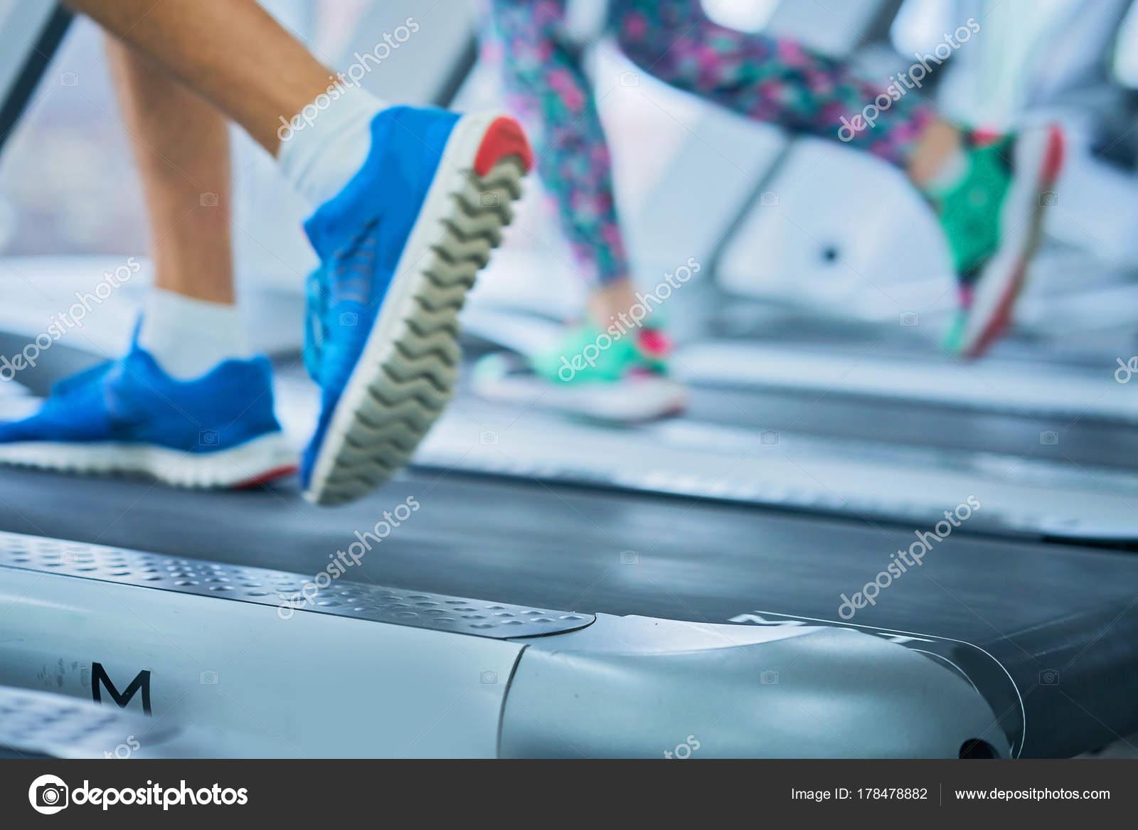 Mujer Pies Musculares Zapatillas Correr Caminadora Gimnasio — Foto ...