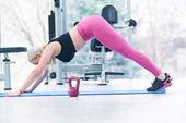 Donna forte che si esercita con il barbell in ginnastica