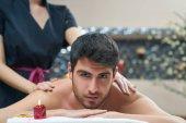 Sportovní masáž. Masážní terapeut masíruje ramena mužské sportovce, práce s Sval trapézový. Tónovaný obrázek