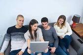 különböző emberek digitális eszközök vezeték nélküli kommunikáció fogalma