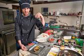 Kuchař v restauraci zdobení zeleninové mísy, plodiny na rukou, filtrovaný obraz