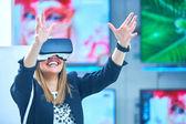 Photo Young woman wearing virtual reality device