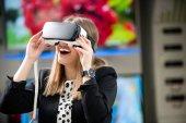 Mladá žena nosí zařízení virtuální realita