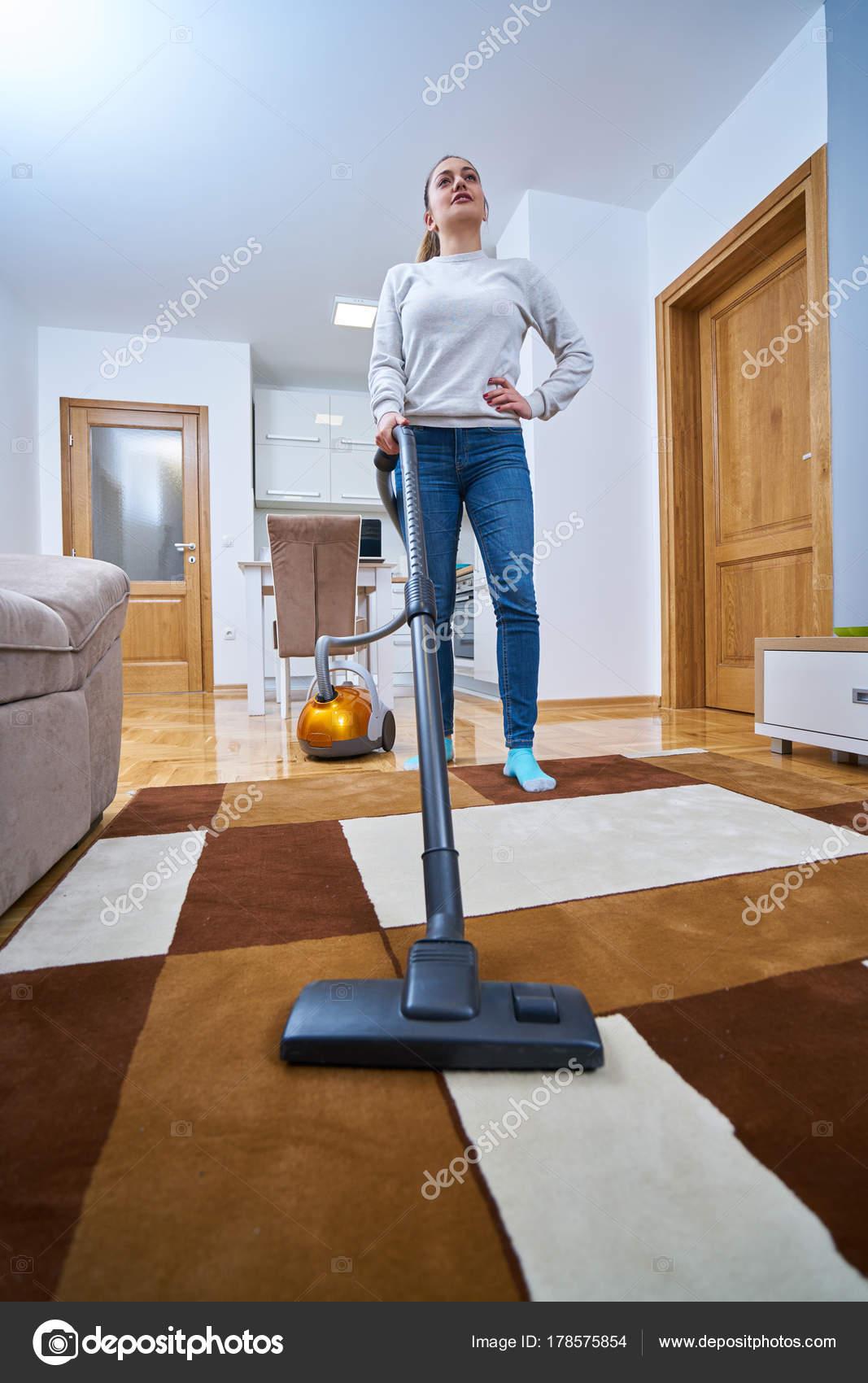 5e88926f9555 Γυναίκα Που Καθαρίζει Πάτωμα Του Σπιτιού — Φωτογραφία Αρχείου ...
