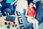 Podnikatelé při spuštění skupiny pracovní každodenní práci v moderní coworking kancelářských prostor