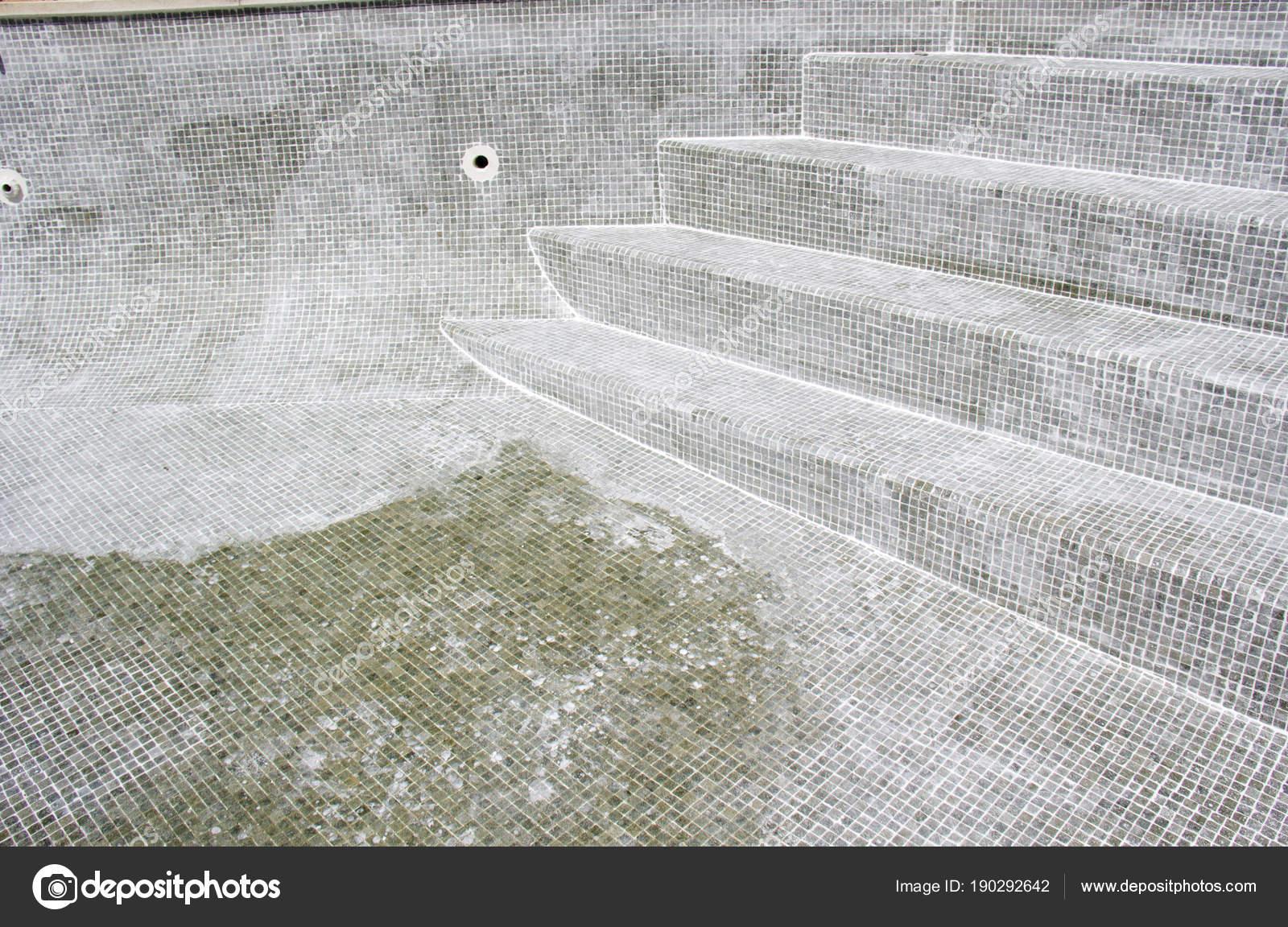 Stuccatura piastrelle mosaico corso una piscina che perde u foto