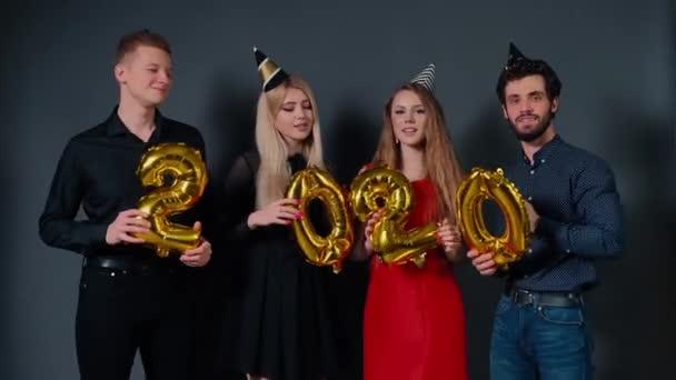 Schöne Menschen feiern das neue Jahr 2020