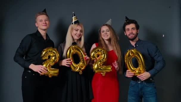 Két vonzó srác és két gyönyörű lány táncol lufikkal 2020-ban