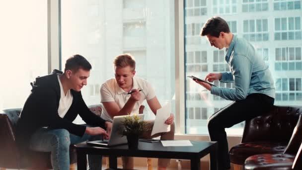 Szakmai energikus üzleti csapat fiatal startupers együttműködő
