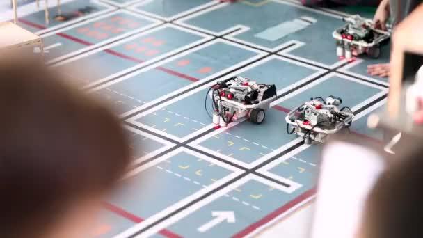prototyp skladového robota, který se kutálí po podlaze