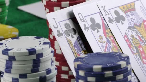 Hazard, peníze čipy a karty Poker červené kostky