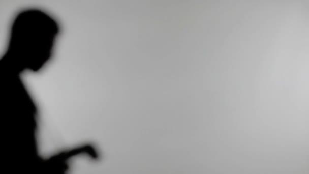 Siluetta del fotografo cattura foto con luce Flash