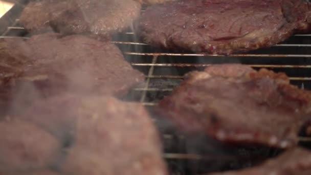 Maso na gril ohniště