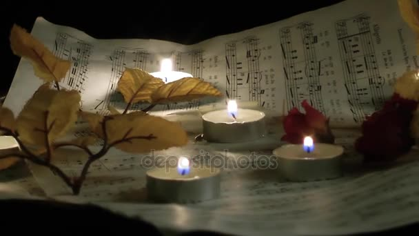 Note di musica fogli e candele