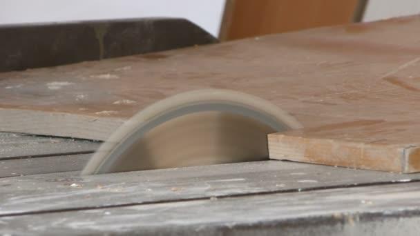 Tesař se pracuje na kus dřeva