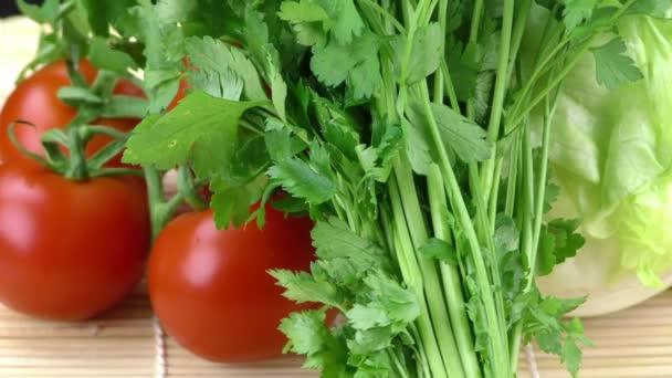 Čerstvé zeleninové petrželkou a rajčaty