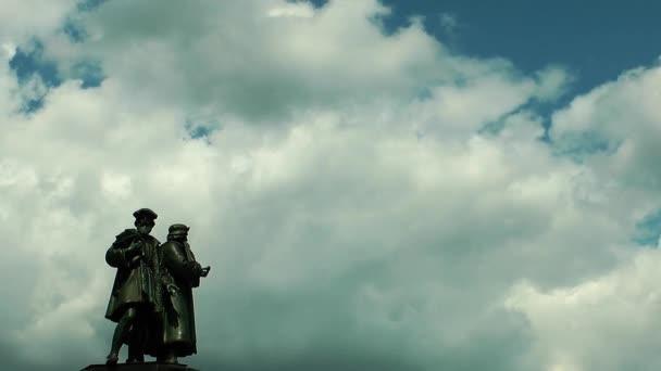 Szobor és a felhők Frankfurtban