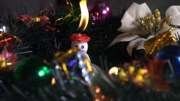 Weihnachtsdekoration auf Kerzenschein
