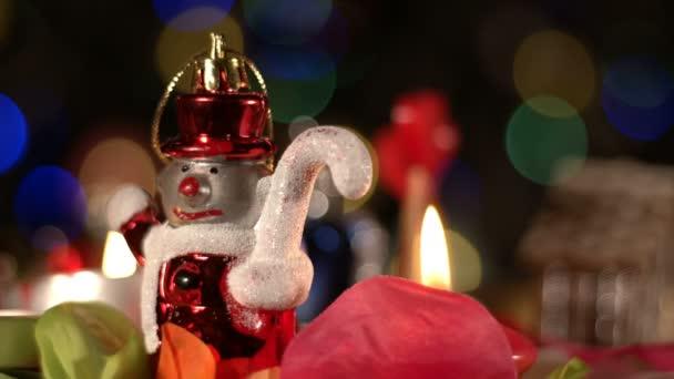 Weihnachtsdeko-Spielzeug und Kerzenschein