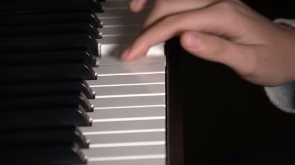 junges Mädchen spielt Klavier